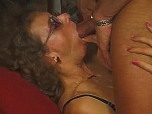 Oma geniet van een facial