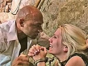 Blonde vrouw vastgebonden door verkrachter