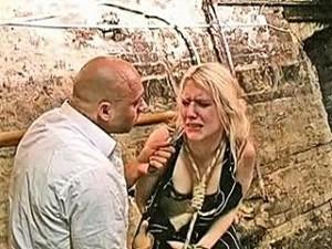 Wrede raper met  mes bedreigt blond meisje