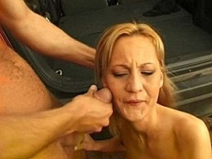 Smeerlap dwingt slachtoffer zijn pik te zuigen