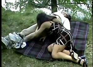 Vader dwingt dochter zijn enorme snikkel te pijpen tijdens boswandeling