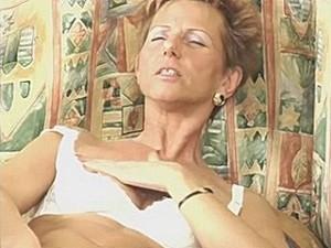 75 jarige snol vingert haar snee