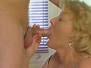 Hard gepijpte lul in oud wijf haar vulva